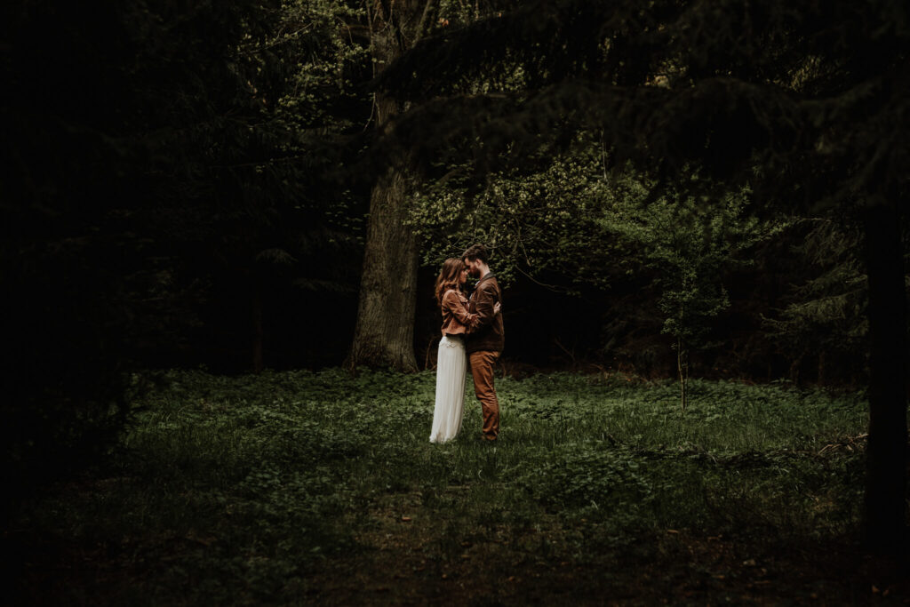 engagement session in the forest cottage poland