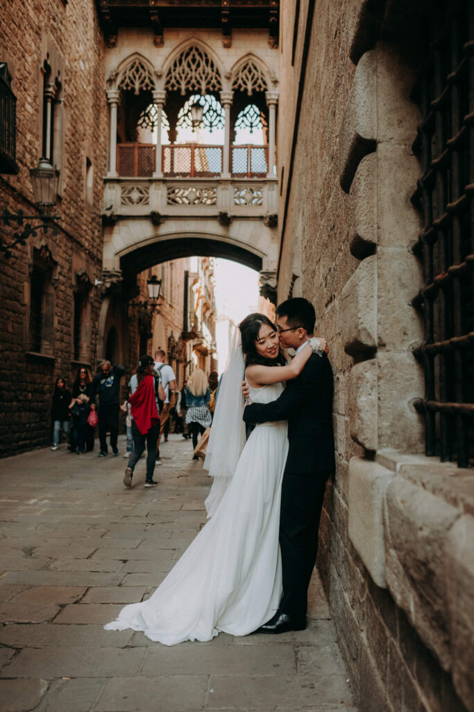 pre-wedding session in barcelona old quarter